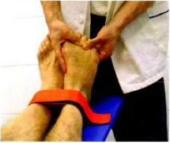 Manovra che permette II corretto riposizionamento delle teste metatarsali svolta In postura di Allungamento Muscolare Globale Decompensato.